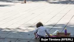 Një fëmijë lëmoshë-kërkues në Prishtinë