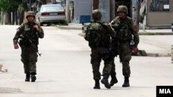 نیروهای ویژه پلیس منطقه را محاصره کردهاند