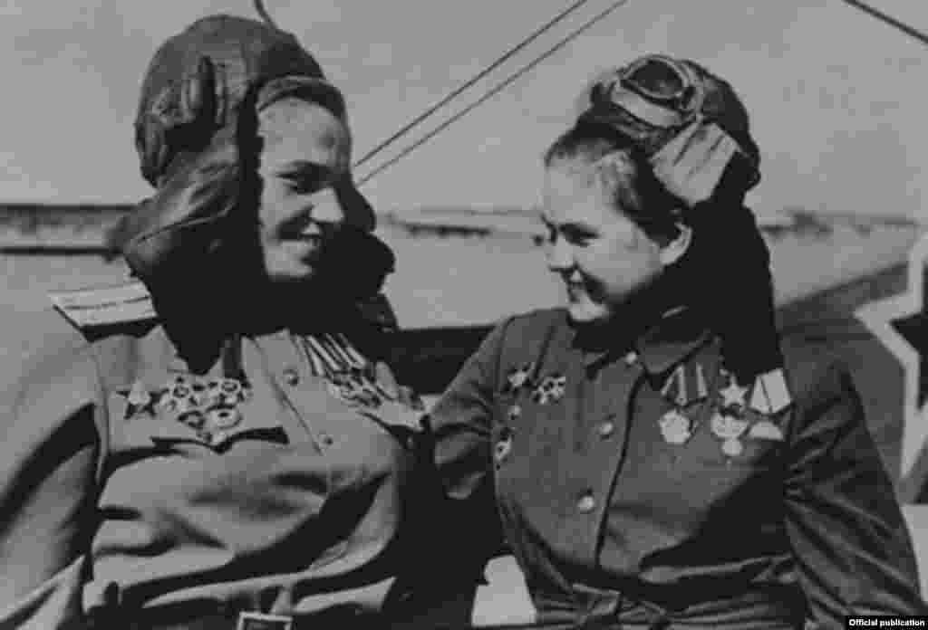 """Евдокия Пасько Кавказда """"Көгүш сызык""""(""""Голубая линия"""")деп аталган оор салгылашууларга, Севастополду бошотууда, Беларус, Польша жана Берлин операциясына катышкан. Согушта көрсөткөн эрдиги үчүн 1944-жылы Советтер Союзунун Баатыры наамын алган. Андан тышкары Ленин, Кызыл Туу, эки жолу Кызыл Жылдыз жана эки жолу Улуу Ата Мекендик согуштун 1-даражадагы орденине татыктуу болгон."""