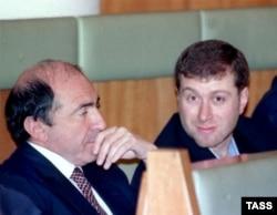 1999 рік: Борис Березовський і Роман Абрамович (праворуч) ще партнери (архівне фото)