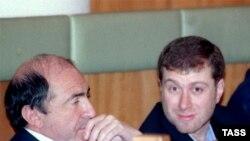 Борис Березовский жана Роман Абрамович Орусия премьер-министри Владимир Путин Мамдума менен жолугушуп жаткан учурда.12-декабрь 1999