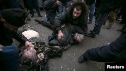 Постраждалим під час сутичок біля Верховної Ради Криму надають допомогу