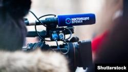 """Ozod Yevropa/Ozodlik Radiosining """"Nastoyashchee Vremya"""" telekanali jurnalistlari Moskvadagi Boriy Nemsov memorialida - 25- fevral, 2018"""