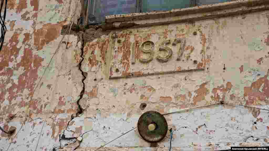 57-nci yılğa ait binanıñ çatlağan fasadı