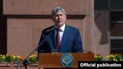 Қирғизистон президенти Алмазбек Атамбаев Бишкекдаги бош майдонда нутқ сўзламоқда, 2014 йилнинг 31 августи.