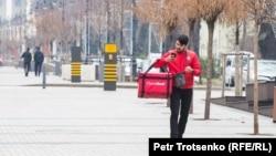 Доставщик еды идет по Алматы, 18 марта 2020 года.