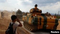 İdlibdə məktəbli uşaq Türkiyə zirehlilərinə hərbi salam verir