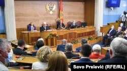 Mandatar Zdravko Krivokapić zvanično ne otkriva kako teku pregovori i da li će sastav nove Vlade predstaviti Skupštini do sredine novembra, kako je najavio. (Foto: Konstitutivna sjednica novog saziva Skupštine Crne Gore, 23. septembar 2020.)