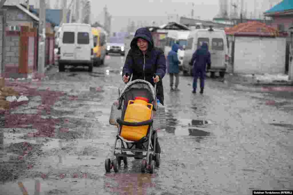 Детская коляска. Но в таких возят не детей, а воду.