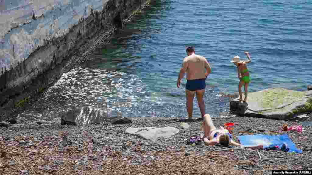 Пляж у пирса заметно замусорен