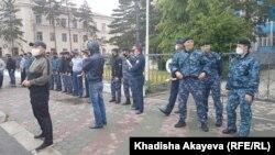 Протестные акции в Восточном Казахстане — явление нечастое. Как правило, попытки выхода на митинги в стране пресекаются, полиция задерживает людей, подходящих к месту возможной протестной акции, если таковая анонсирована оппозиционными группами. На фото — полицейский спецназ в Семее в день возможного протеста. 6 июня 2020 года.