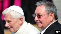 Куба президенті Рауль Кастро (оң жақта) Рим папасы Бенедикт 16-шыны қарсы алып тұр. 26 наурыз 2012 жыл
