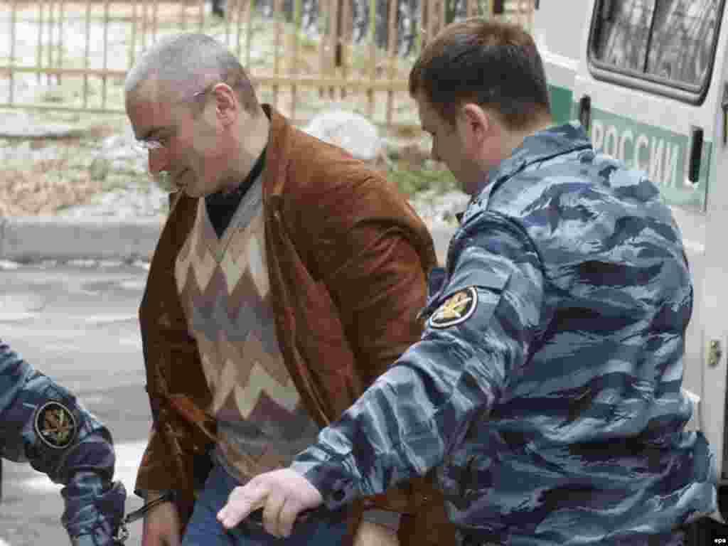 """Михаил Ходорковский не признал своей вины по """"второму делу"""". Об этом он заявил 21 апреля в Хамовническом суде Москвы, где слушается дело бывших совладельцев ЮКОСа (EPA)"""