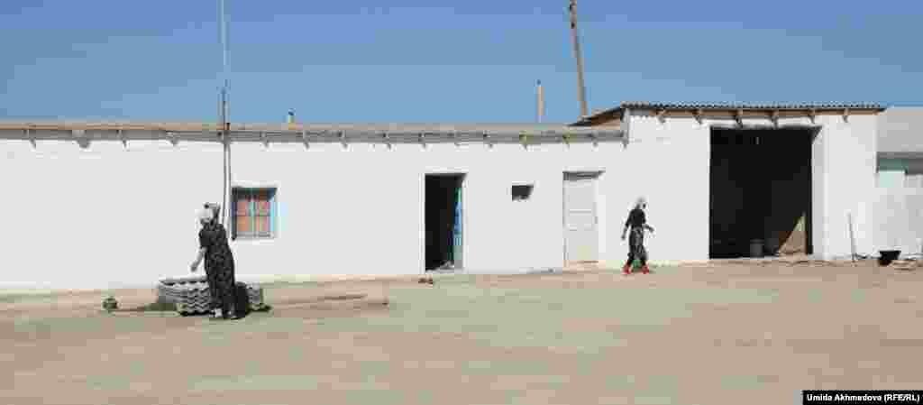 Дом Нуржана, этнического казаха из села Атакорган. Когда репортер Азаттыка пришла в дом Нуржана, его супруга и мать в ожидании гостей хлопотали по хозяйству.