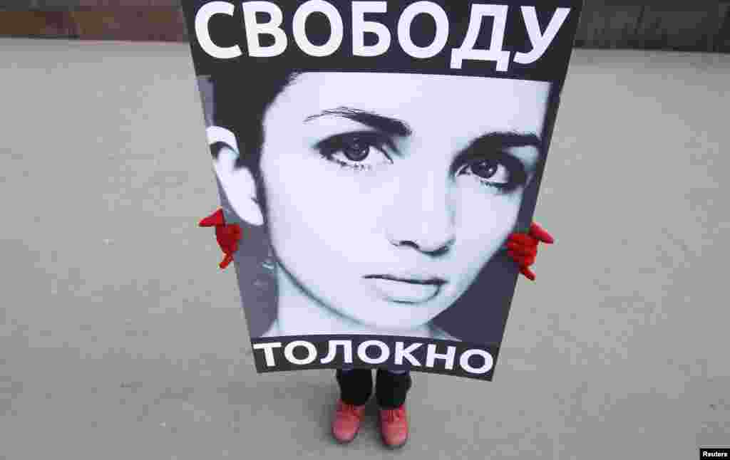 A lone protester stands in support of activists Maria Alyokhina and Nadezhda Tolokonnikova of the feminist punk band Pussy Riot outside a Moscow police station. (Reuters/Denis Sinyakov)