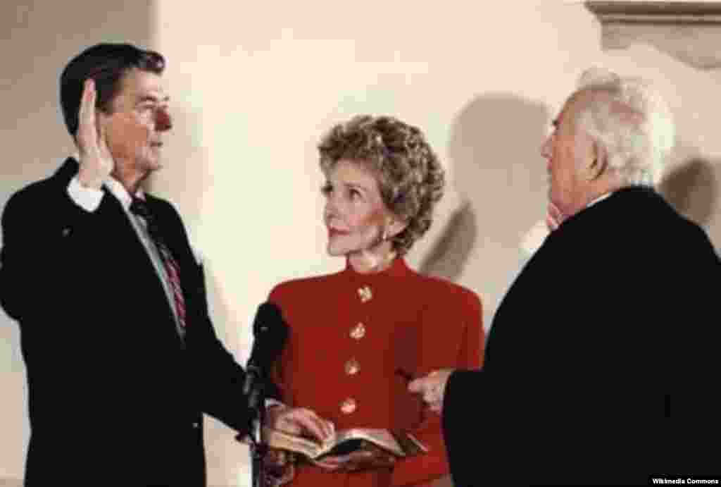 """""""Взгляд"""": Нэнси смотрит на супруга, во второй раз приносящего присягу и принимающего пост Президента США, 20 января 1985 года."""
