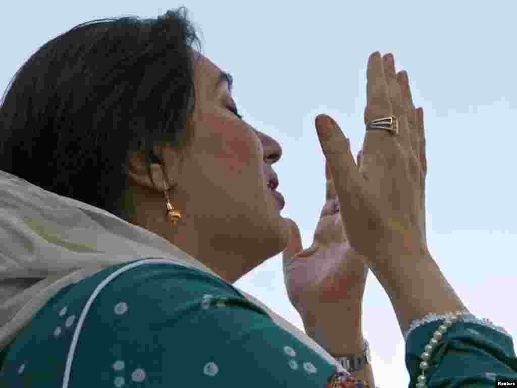 Benazir Bhutto prays as she arrives in Karachi, October 18, 2007. Bhutto ended eight years of self-exile on Thursday, returning to Karachi where more than 100,000 supporters poured onto the city's streets to welcome her home. REUTERS/Petr Josek