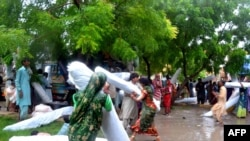 Flood-affected villagers in Pakistan loot relief supplies at a government office in Umerkot on September 12.