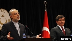 Iranian Foreign Minister Ali Akbar Salehi (left) and his Turkish counterpart, Ahmet Davutoglu, attend a news conference in Ankara on October 21.