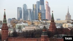 Russia -- A view of the Kremlin and the Moscow International Business Center, also known as Moskva City, with some under-construction skyscrapers in Moscow, December 3, 2014