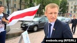 Аляксей Янукевіч падчас збору подпісаў у Менску, 6 ліпеня 2016 году