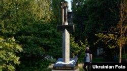 Пам'ятник «Воїнам АТО» в Києві у вигляді меча, встромленого в мапу Росії