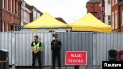 Полиция на улице в Эймсбери, где жила жертва отравления