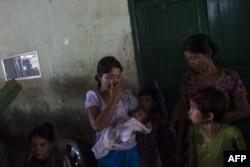 Семья вынужденной переселенки-ракхайнки, которая была вынуждена убегать от насилия со стороны рохинджа, 30 августа 2017 года