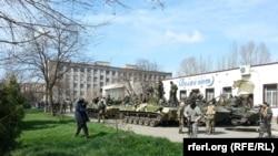 Военная техника и вооруженные люди в Славянске. 16 апреля 2014 года.