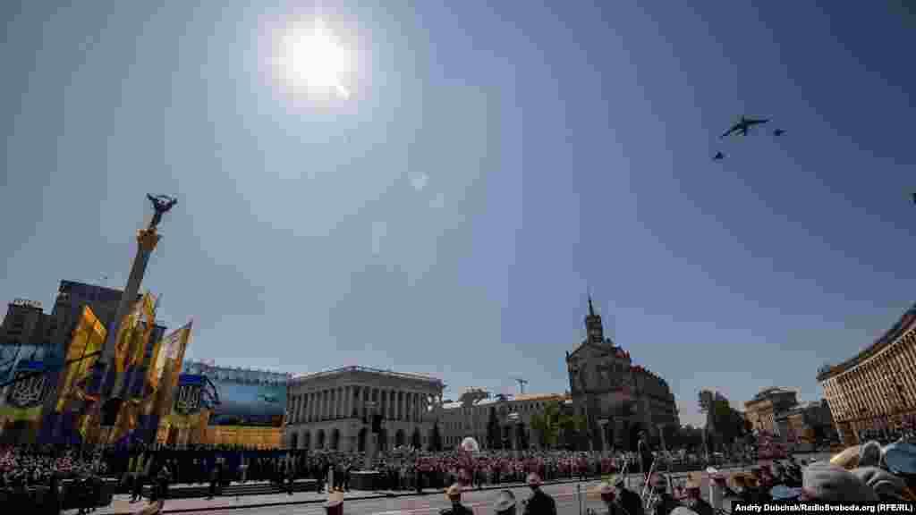Завершила официальную часть парада военная авиация. Одними из первых среди авиации пролетели четыре вертолета Ми-14 ВМС Украины, которые украинским летчикам удалось передислоцировать из Крыма в 2014 году