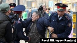 """""""Назарбаев, кет"""" деп айғайлаған адамды полиция ұстады"""