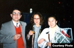 Слева направо: Мамбеттурду Мамбетакун, немецкий тюрколог Гундула Салк и супруга Мамбеттурду Гульсайра Йасин. КНР. 1996 год.