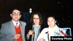 Др. Гундула Салк кытайлык кыргыз профессор Мамбеттурду Мамбетакун жана анын жубайы Гүлсайра менен. 1996.
