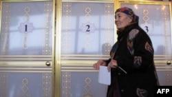 Женщина на избирательном участке в Ашгабате.