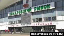 В Минске работают рынки и торговые центры, но многие люди ходят в масках