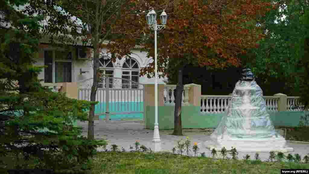 Ажурный фонтан к зиме готов