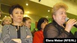 Женщины стоят в очереди к микрофону, чтобы задать вопрос министру труда и соцзащиты Серику Абденову. Караганда, 19 апреля 2013 года.
