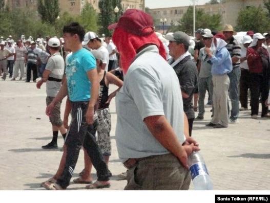 Бастующие нефтяники в центре Жанаозена. 10 июля 2011 года.