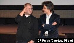 """Corneliu Porumboiu (stînga) și Andrei Purcărescu la llansarea oficială a filmului """"Comoara"""" în Cehia"""