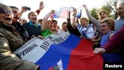 На проросійському мітингу в Луганську, 27 квітня 2014 року