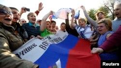 Проросійський мітинг біля у Луганську. Квітень 2014 року