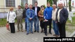 Алег Стахаевіч (трэці справа) і група падтрымкі каля будынку абласнога суду.