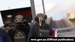 Раніше сьогодні Національна поліція повідомила, що невідомий заблокував рух на мосту Метро в Києві, здійснив кілька пострілів і погрожував підірвати його і державні установи