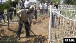 Похороны Ивана Назарова, одного из водителей, задержанных узбекскими погранслужбами в феврале этого года. Алга, 13 июля 2009 года.