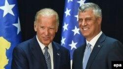 АКШнын вице-президенти Жо Байден жана Косовонун президенти Хашим Тачи.