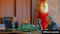 Президент Кыргызстана Алмазбек Атамбаев принял секретаря Совета обороны Бейшенбая Жунусова.