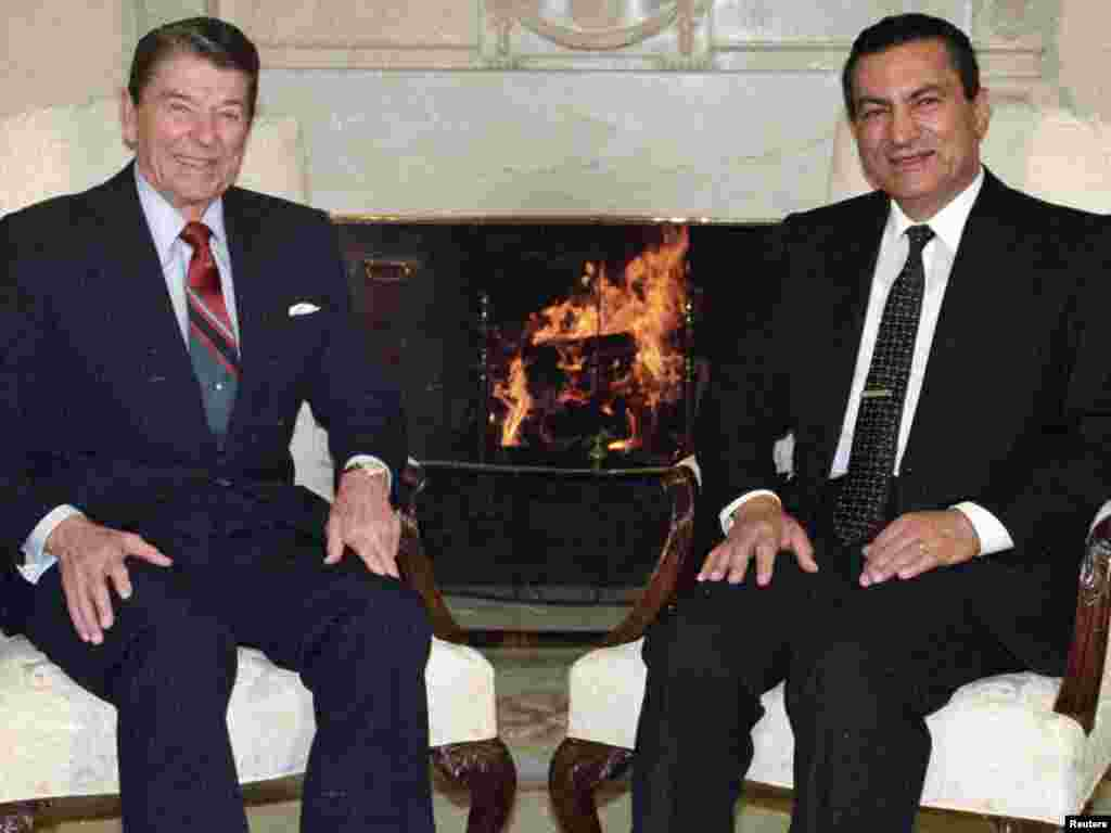 Mubarak meets with U.S. President Ronald Reagan at the White House in January 1988.