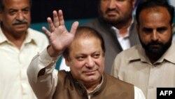 Nawaz Sharif (në mes) gjatë fjalimit në qytetin Lahore