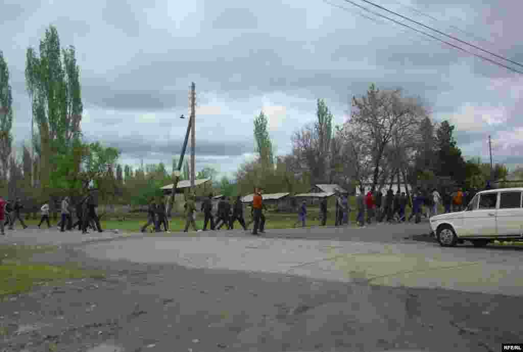 Айылдыктар күрт жигити төрт жашар кызды зордуктаса, аны милиция көрмөксөн болду деп зөөкүрдү өздөрү жазалоону чечишкен. - Kyrgyzstan - The interethnic conflict in village Petrovka. 26Apr2009