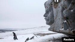 Поряд з меморіальним комплексом на Савур-Могилі, що 12 кілометрів від Сніжного, 7 грудня 2014 року